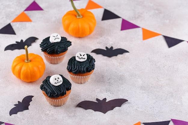 Страшные кексы на хэллоуин с жутким декором