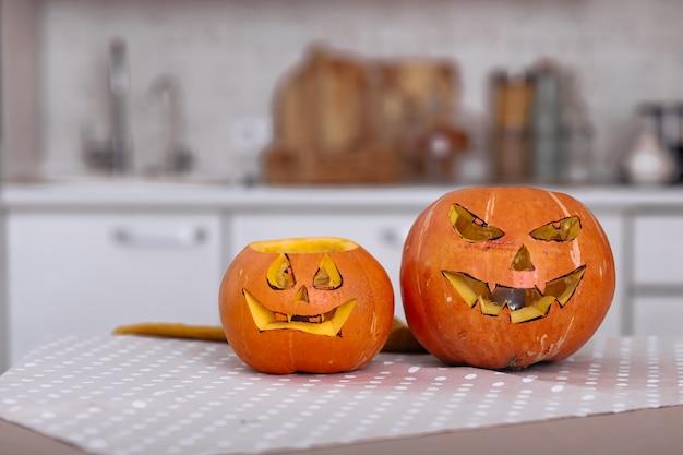 Страшные тыквы на хэллоуин с глазами на столе дома
