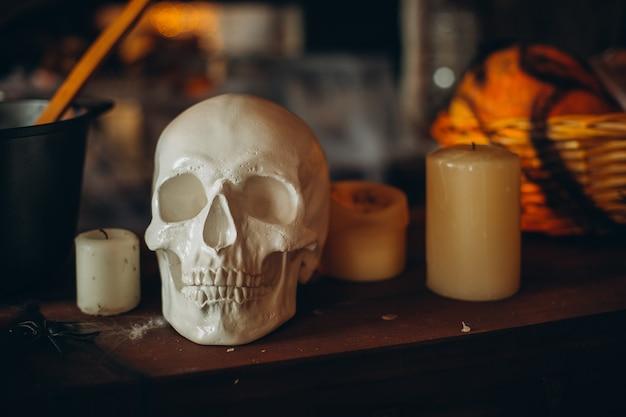Страшный череп хэллоуина со свечами в жуткую ночь.