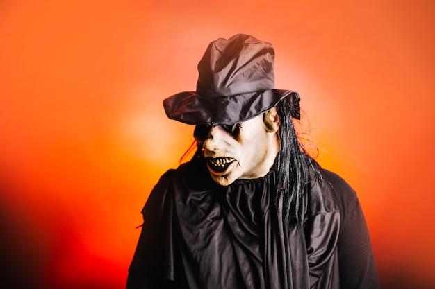 Страшный человек в костюме хэллоуина