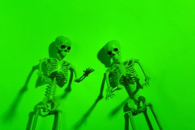 緑のネオンの光の中で怖いスケルトン