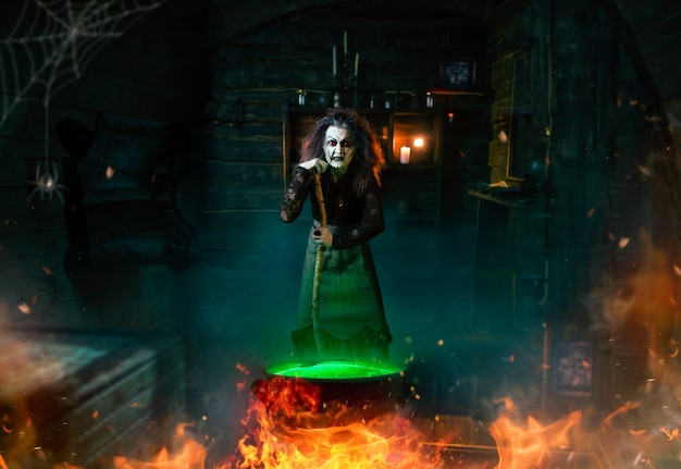 怖い魔女がポーションを調理し、呪文、精神的な交霊会を読みます。女性の占い師が精霊を呼ぶ、ひどい占い師