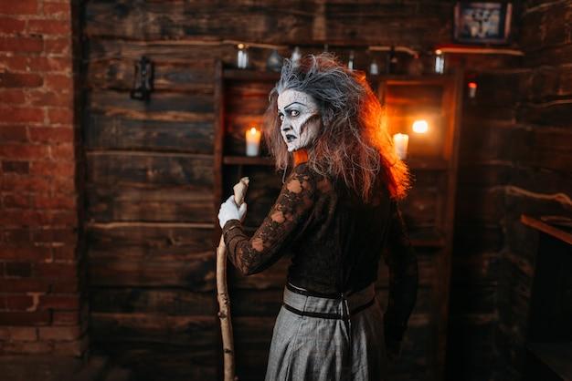 杖を持つ怖い魔女、背面図
