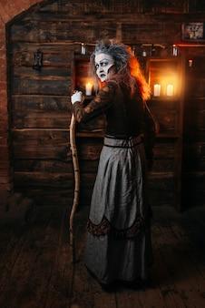 Страшная ведьма с тростью, вид сзади