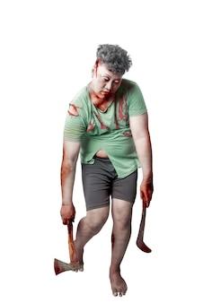 白い背景の上に孤立して立っている斧と鎌を保持している彼の体に血と傷を持つ怖いゾンビ
