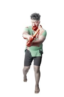 白い背景の上に孤立して立っている斧を保持している彼の体に血と傷を持つ怖いゾンビ