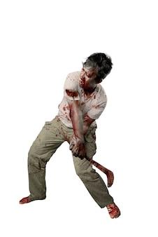 白い背景の上に孤立して立っている鎌を保持している彼の体に血と傷を持つ怖いゾンビ