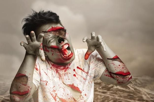들판을 걷고 있는 그의 몸에 피와 상처가 있는 무서운 좀비