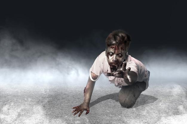Страшные зомби с кровью и раной на теле ползают на темном фоне