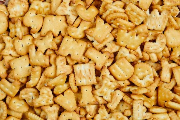 Cracker di alfabeto sparsi sul tavolo. avvicinamento.