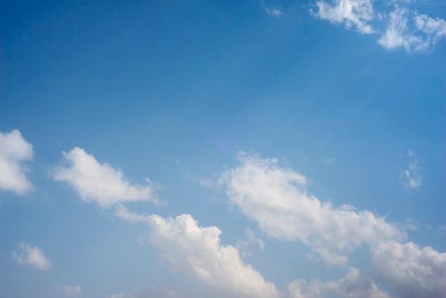푸른 하늘에 흩어져 있는 구름 클러스터, 흰 구름이 있는 푸른 하늘 배경,