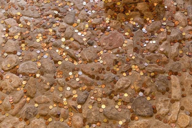 Разбросанные монеты лежали на каменном полу, монеты на полу