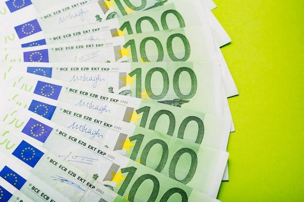 흩어져있는 돈 유로 지폐 100 백 지폐. 금융 절약 개념. 환율.