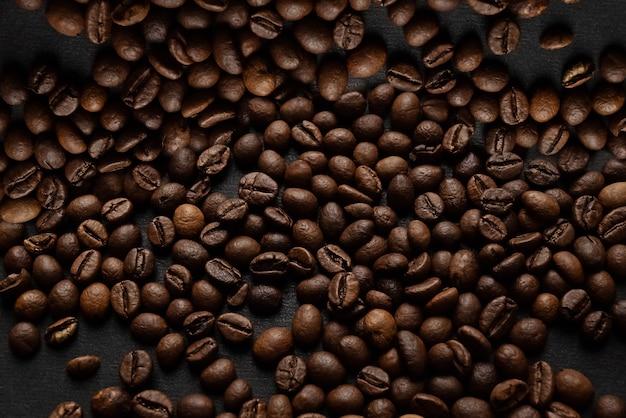 表面に散らばったダークローストコーヒー豆