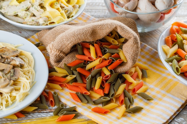 Рассеянная паста с макаронными блюдами, грибами в мешочке
