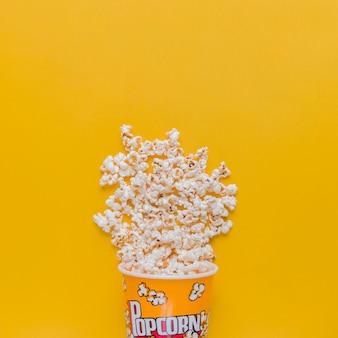 Рассеянная коробка попкорна