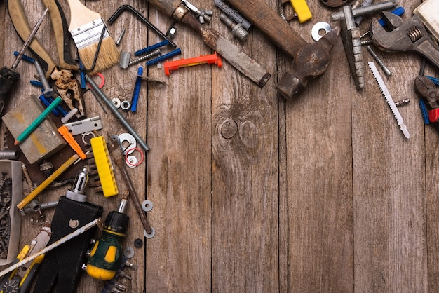 木の板に散らばった作業員の道具。