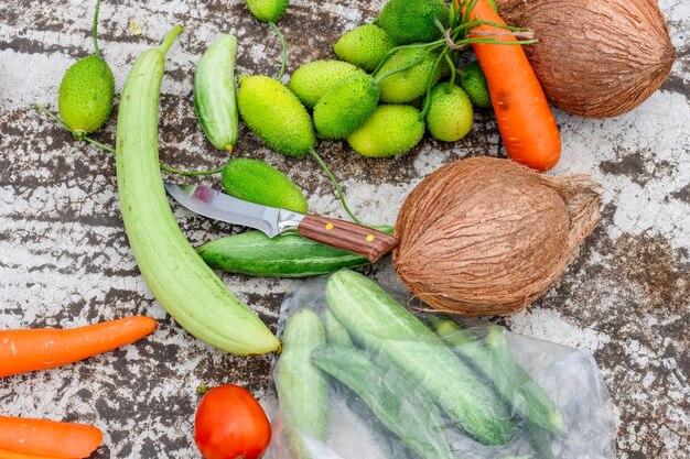 ひびの入ったテクスチャーの床にナイフで散らばった野菜や果物