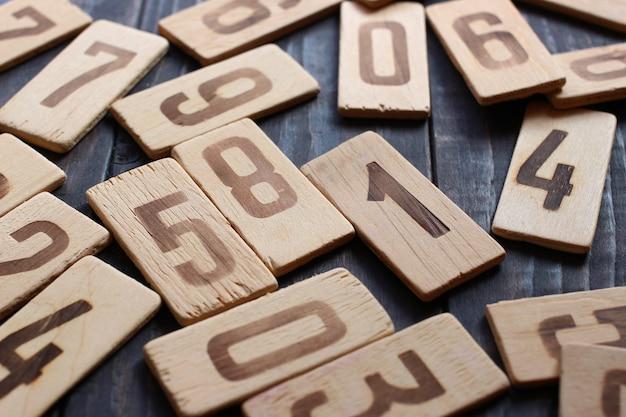 テーブルの上に散らばった木の数字