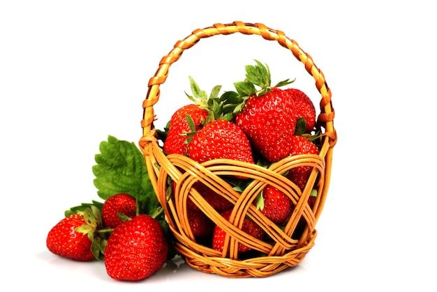 白のバスケットから新鮮なイチゴを散布します。フィールドのshaoowfeep