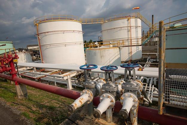 석유 화학 산업 푸른 하늘의 탱크 파이프 라인 밸브 오일의 현장 오후
