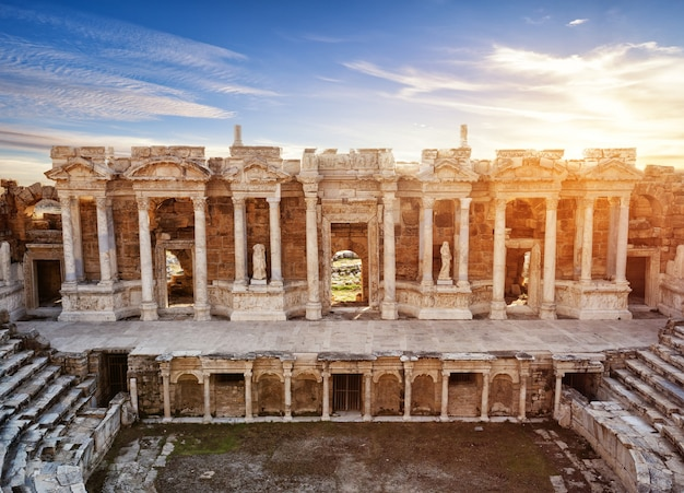 Сцена и колонны со скульптурами древнего амфитеатра в иерополисе