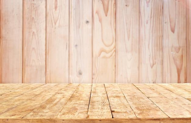 Создатель сцены. макет. таблица пустая деревянная колода с фоном боке летом.