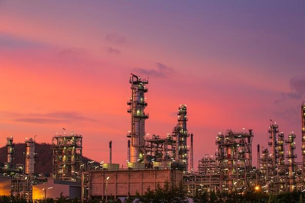Сцена тяжелого нефтеперерабатывающего завода нефтехимической промышленности в сумерках.