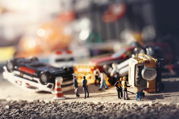 Сцена аварии автомобилей (миниатюра, игрушка модель) на улице. концепция страхования / терроризма.