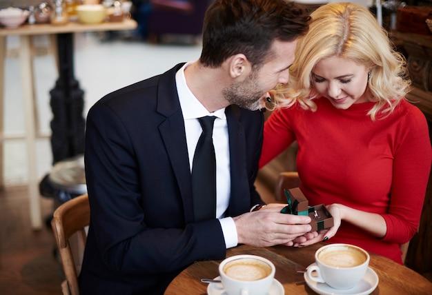 コーヒーバーでのカップルの婚約のシーン