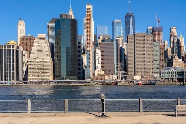 ロケーションがマンハッタンより低いニューヨークの街並みの川辺の風景、建築と建物