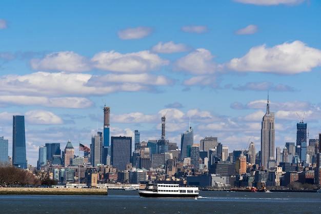 위치는 맨해튼 뉴욕 도시 강변의 장면