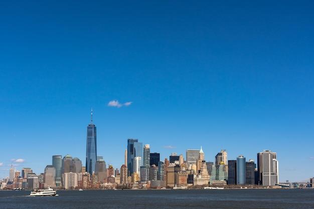 ロケーションがマンハッタン下にあるニューヨークの街並み川側のシーン