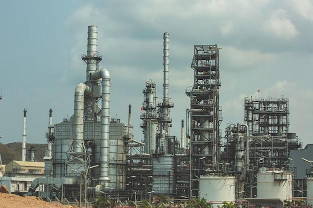 오후 시간에 정유 공장과 석유 화학 산업의 저장 탱크 오일 장면