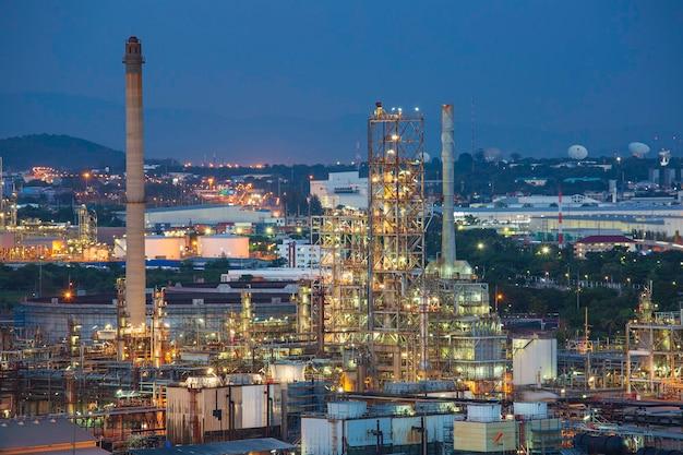 정유 공장 및 저녁 일몰의 타워 열 현장 건설 현장에서 석유 화학 산업입니다.