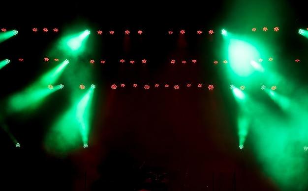 Сцена с разноцветным световым оборудованием