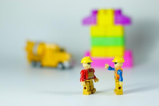 Сцена с игрушечными персонажами и строительными блоками