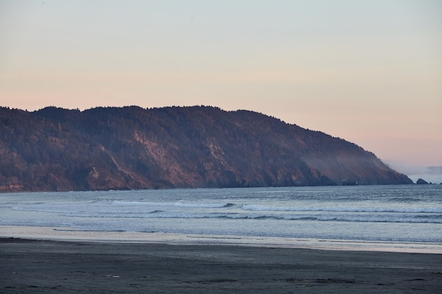 カリフォルニア州ユーレカ近くの太平洋に沈む息を呑むような夕日の風景