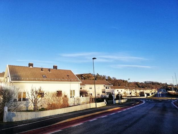 ラルヴィークノルウェーの澄んだ空の下で家がいっぱいの地区の風景