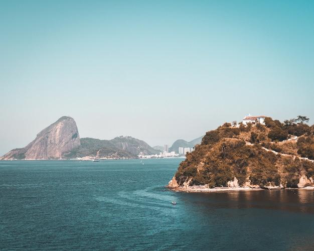 리우데 자네이루의 바다 해안에서 암석의 풍경