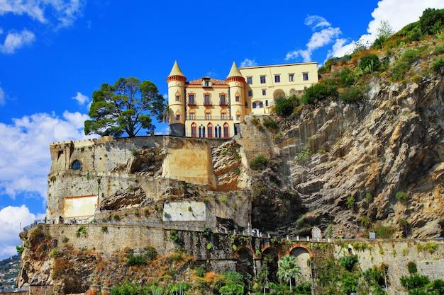 Пейзажи побережья амальфи, вид с замком. минори, италия