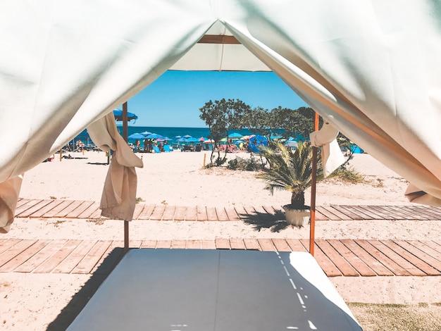 ビーチの太陽からリラックスするのに最適な場所のカーテンの風景