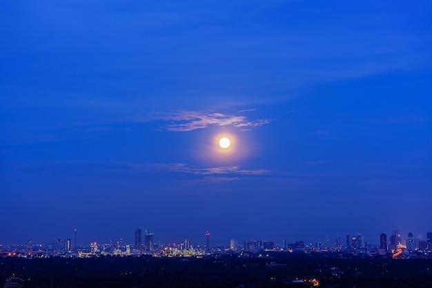 푸른 시간에 떠오르는 보름달의 풍경 프리미엄 사진
