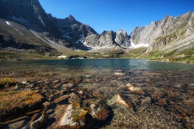 호수와 높은 봉우리가있는 높은 산의 풍경.