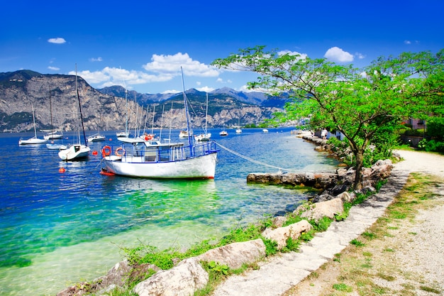 Пейзажи лаго ди гарда, красивое озеро в северной италии, ломбардия