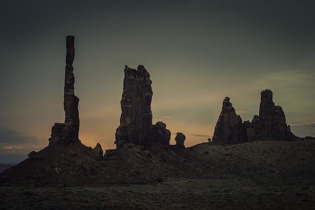 Пейзажи скальных образований во время захватывающего дух заката в каньоне