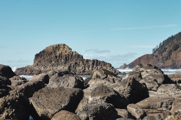 오레곤 주 캐논 비치에있는 태평양 북서부 해안선의 바위 풍경