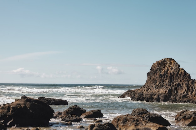 Пейзаж скал на побережье тихоокеанского северо-запада в кэннон-бич, орегон