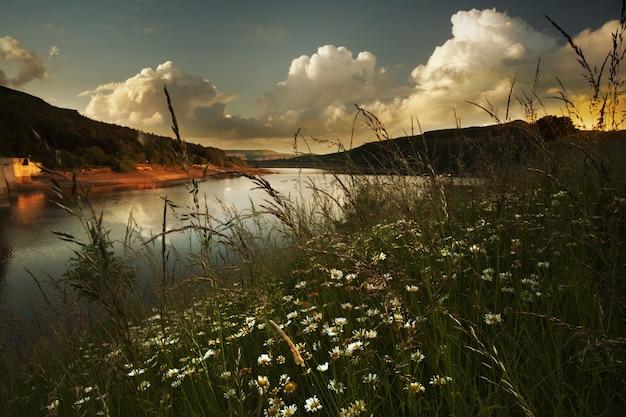 영국 더비셔에있는 ladybower 저수지의 강에서 일몰의 풍경