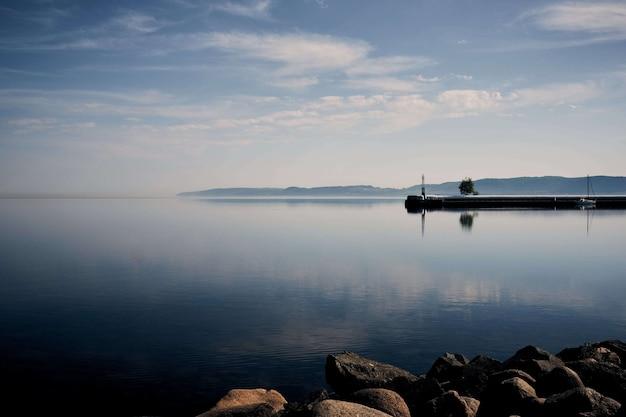Пейзаж спокойного берега океана под чистым небом